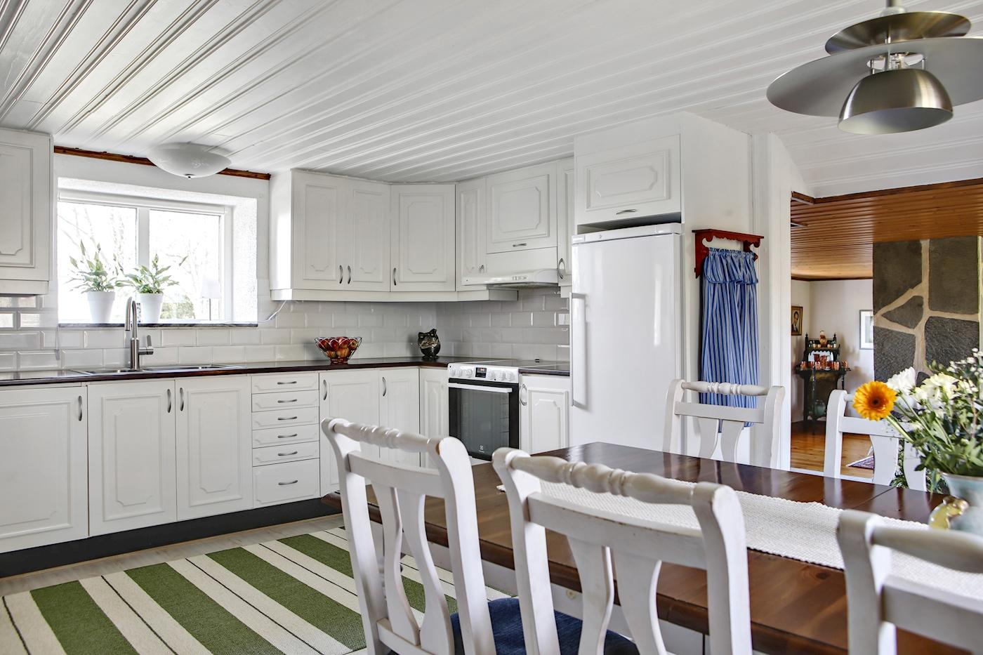 Snyggt renoverat kök i vitt