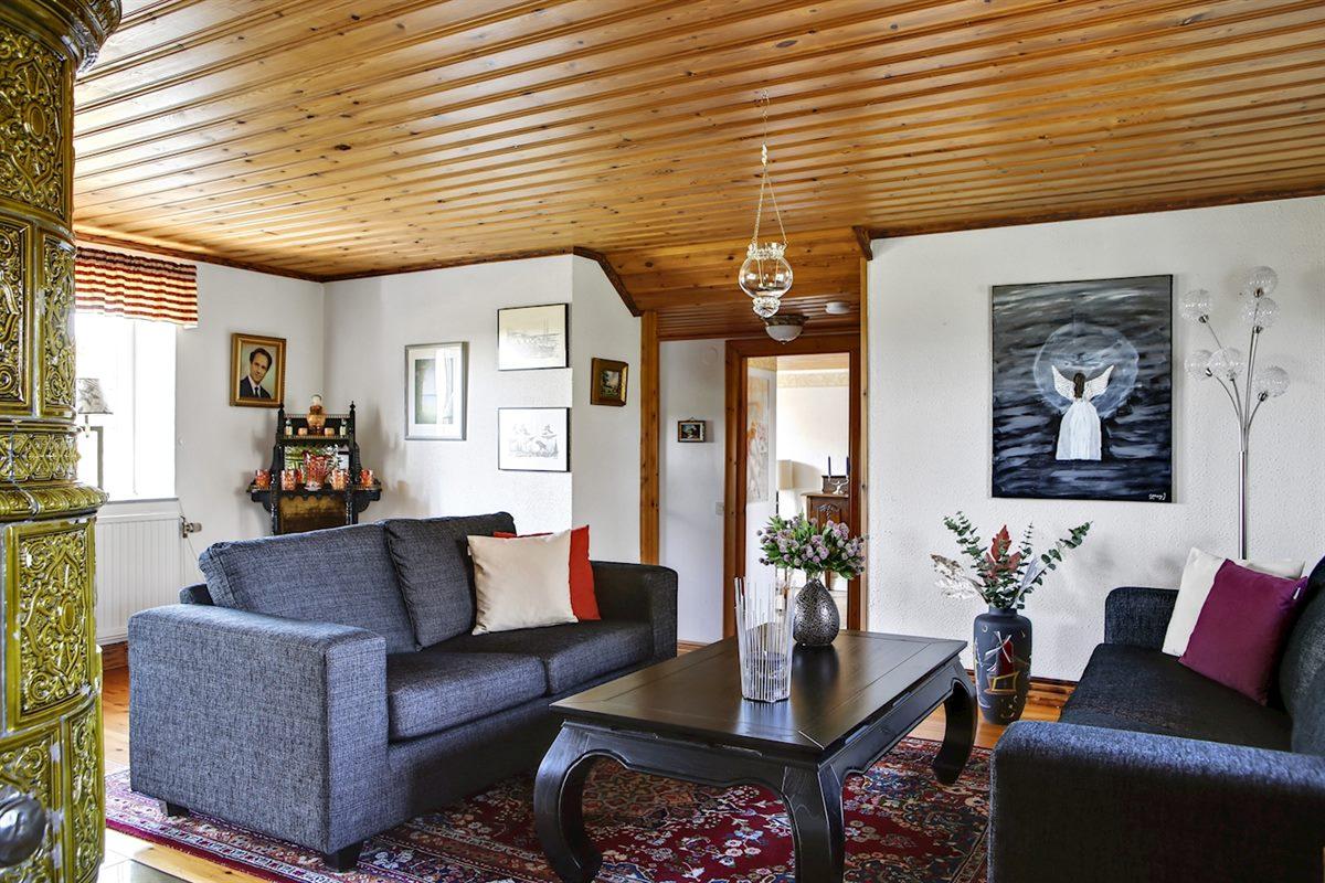 Vardagsrum med gott om plats för soffgrupp