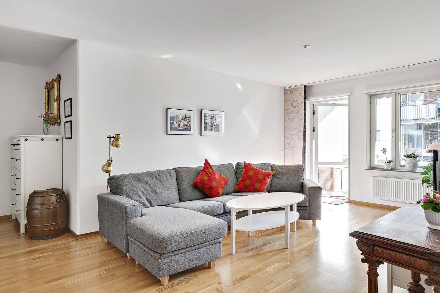 Gott om plats för soffa och andra möbler.
