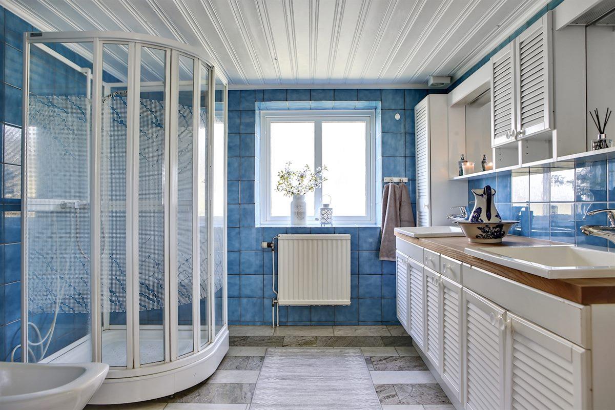 Rymligt badrum med dusch