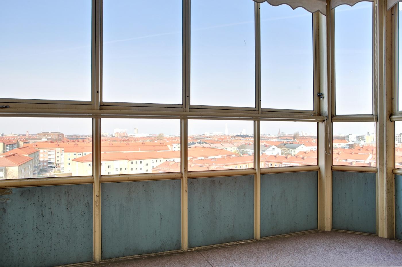 Rymlig inglasad balkong i västerläge