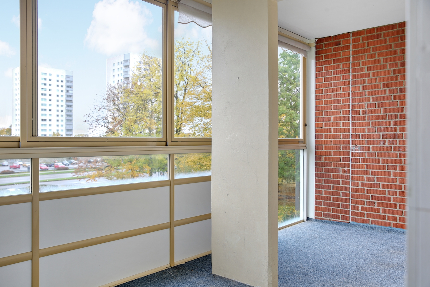 Stor, inglasad balkong med fri utsikt i västerläge.