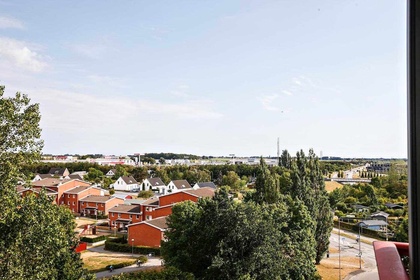Fri, milsvid utsikt över takåsar och mot Öresund.