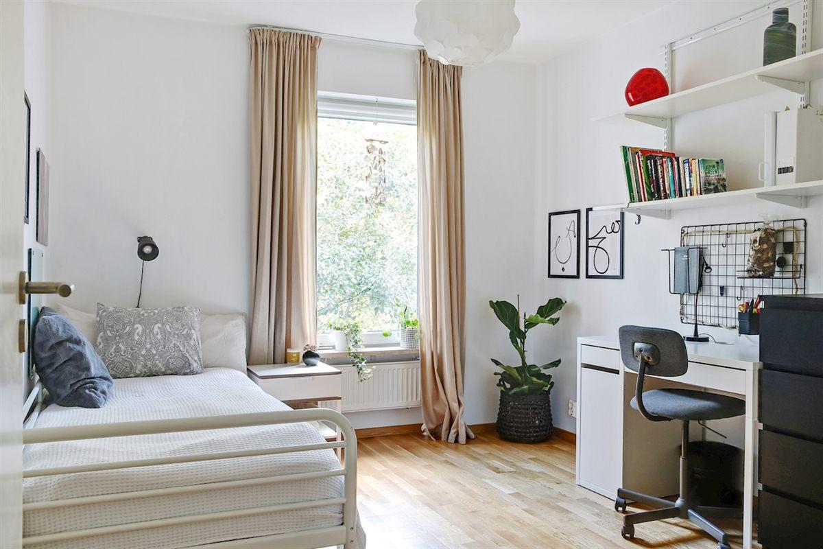 Det ena sovrummet med plats för dubbelsäng.