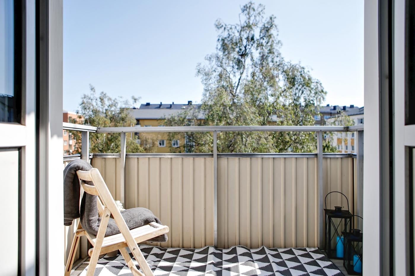 Stor balkong med förmiddagssol.
