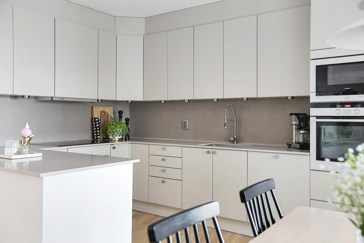 Ljust och modernt kök med bra arbetsytor och gott om förvaring