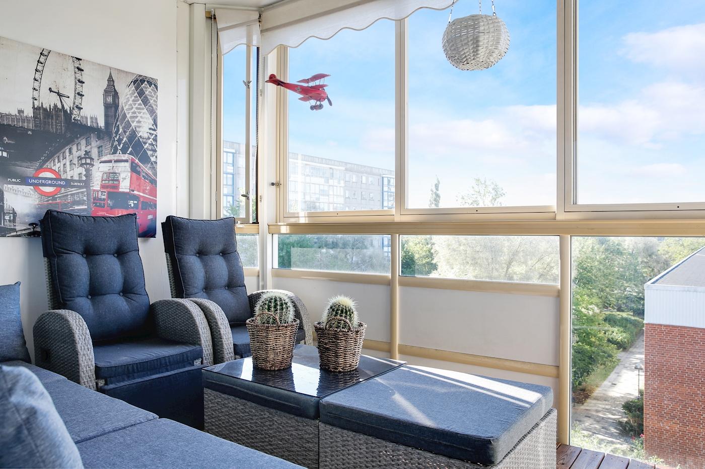 Stor, inglasad balkong med fri utsikt.