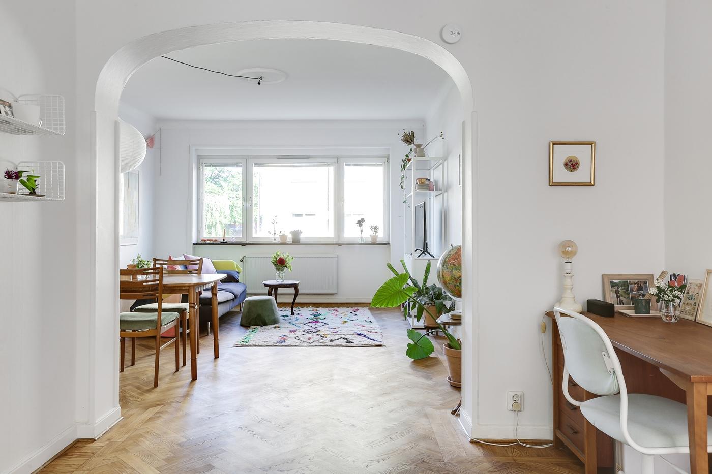 Ljusa, luftiga ytor och stort fönsterparti.