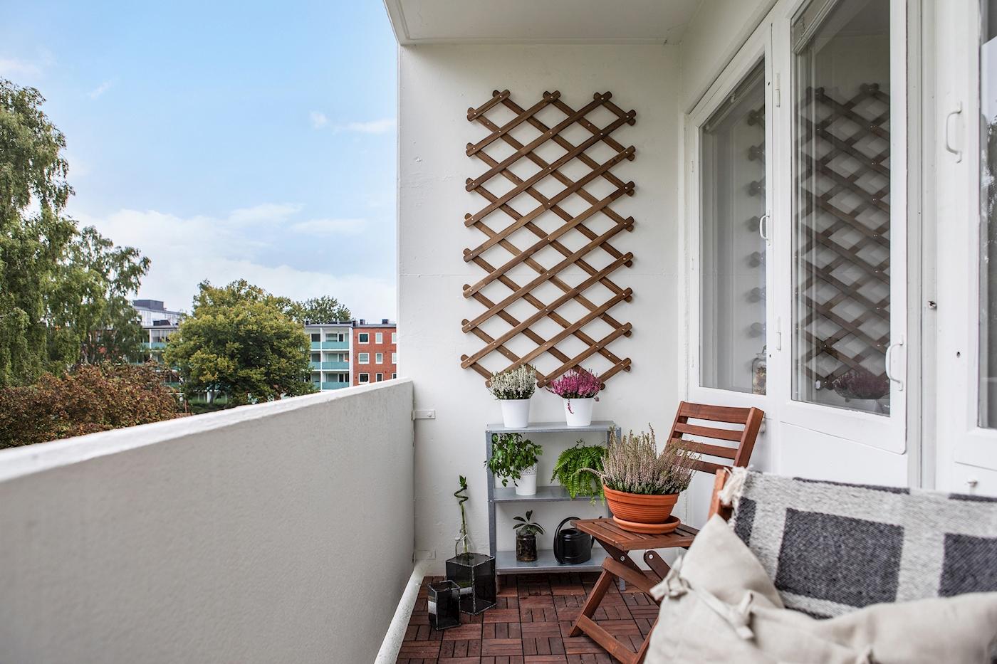 Rymlig balkong i västerläge med fri utsikt över gården.