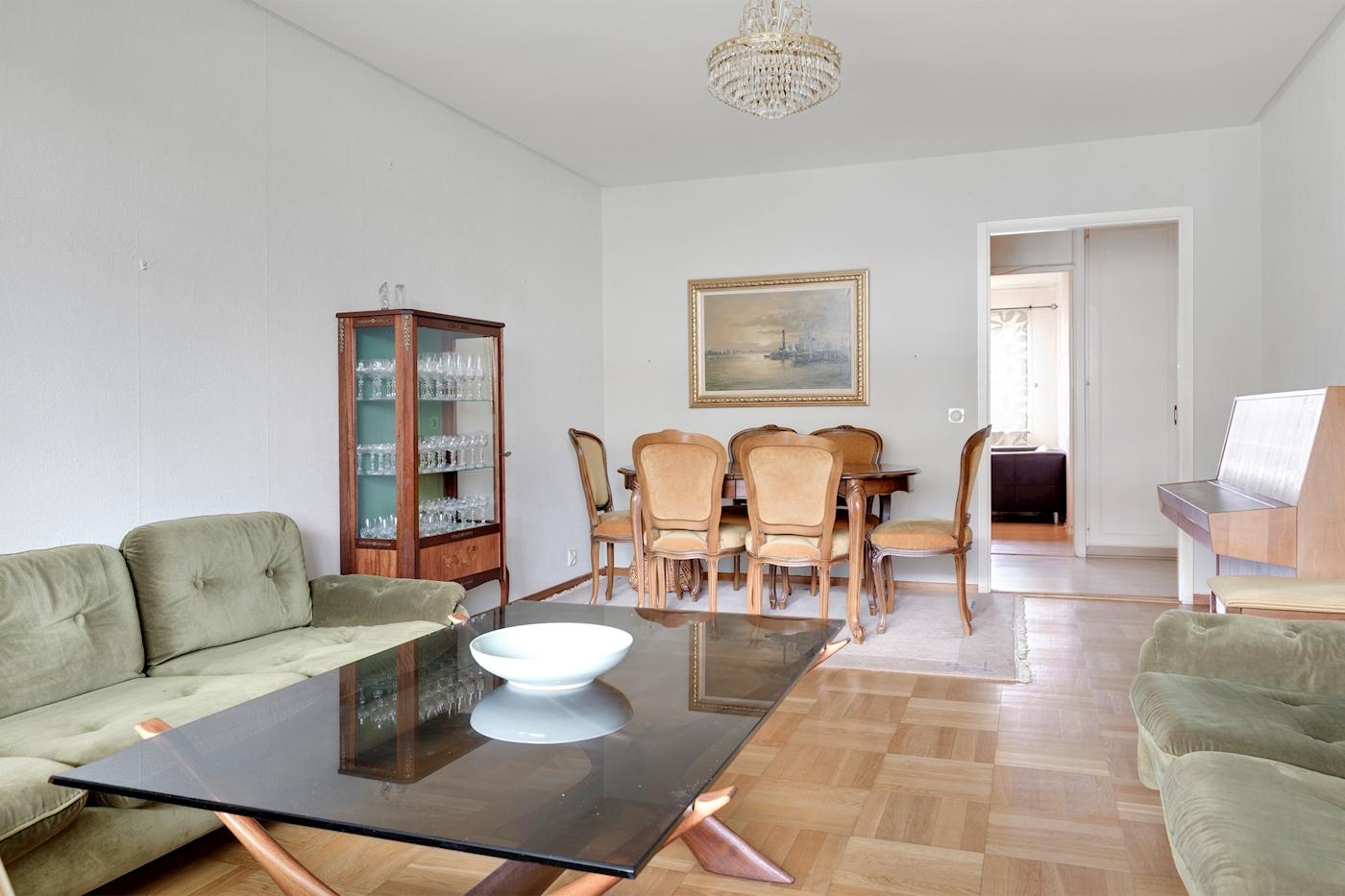 Luftigt vardagsrum med originalparkett.