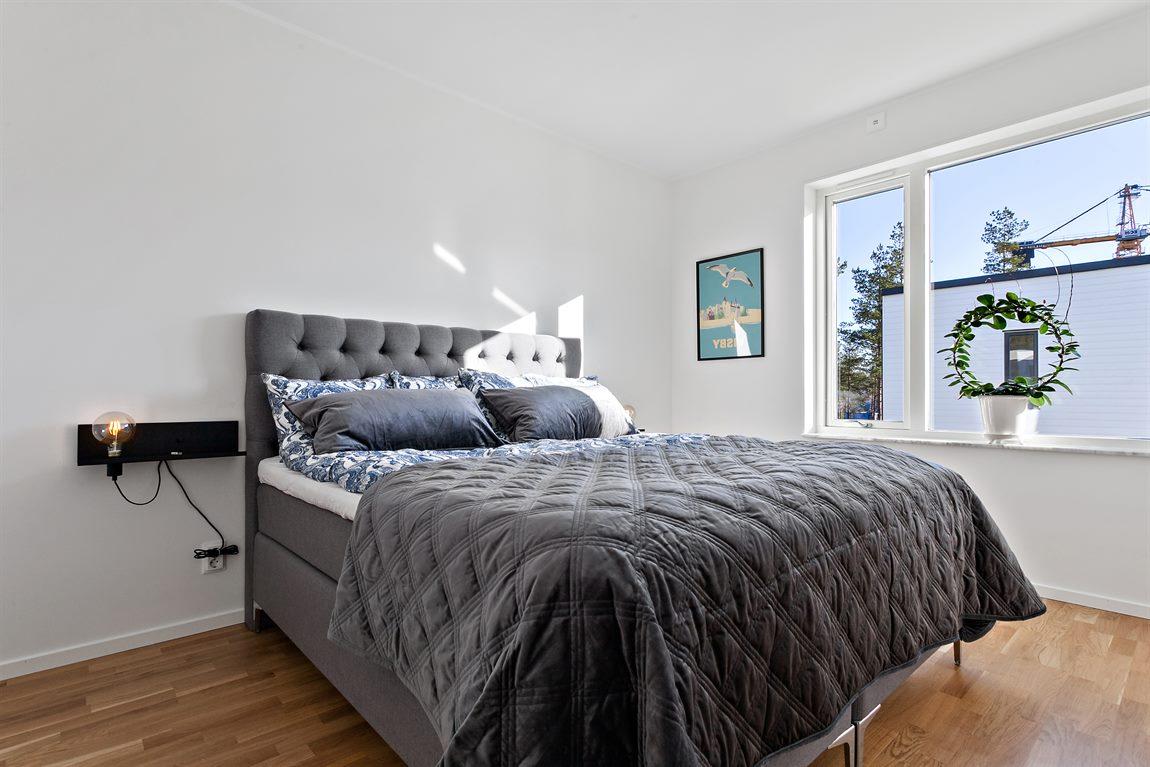 Exempelbild på möblerat master bedroom