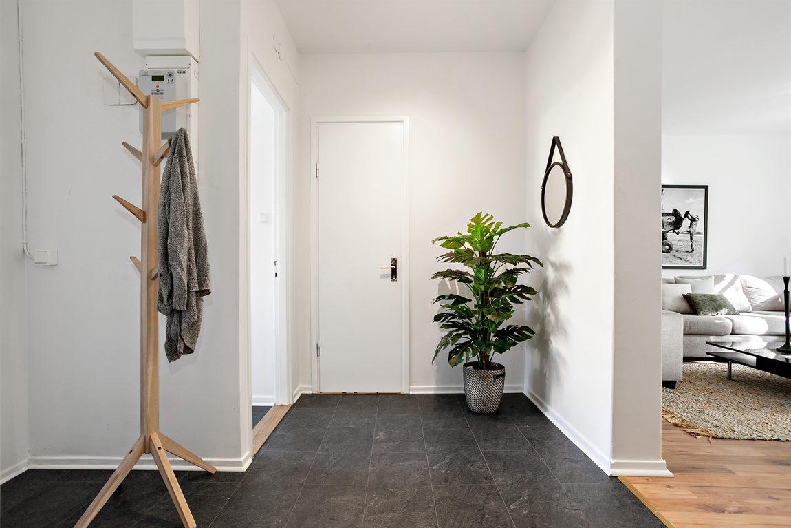 Hall med plats för ytterligare garderober