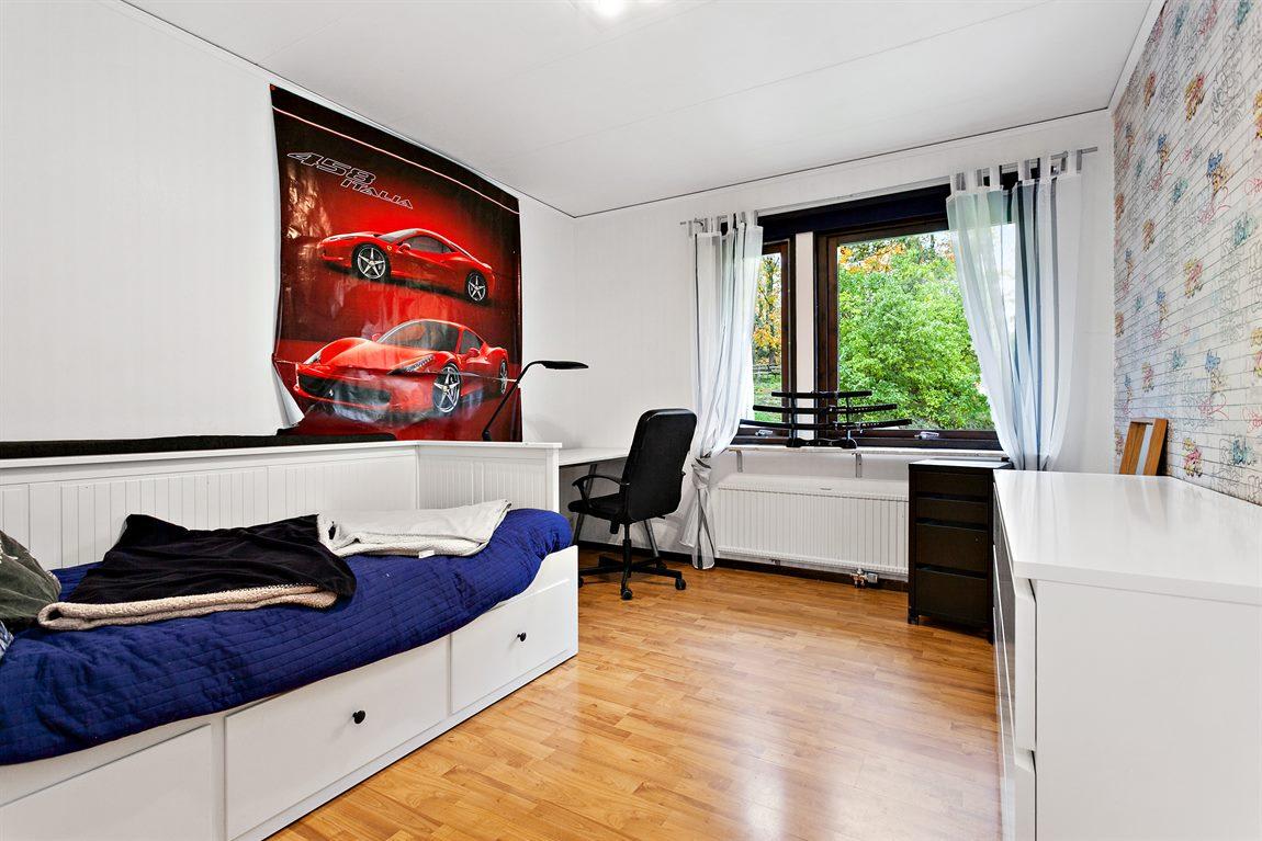 Generöst sovrum 1 övre plan med fönster som bidar med ljusisnläpp