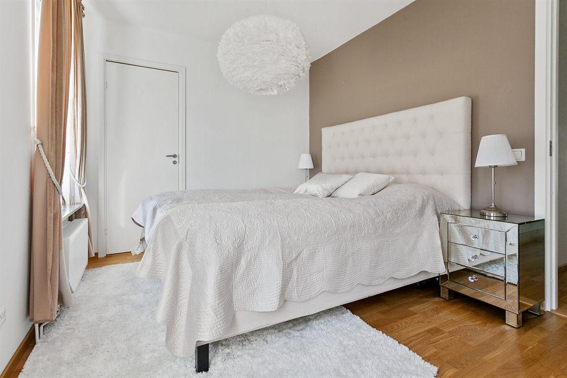Generöst och stilrent sovrum