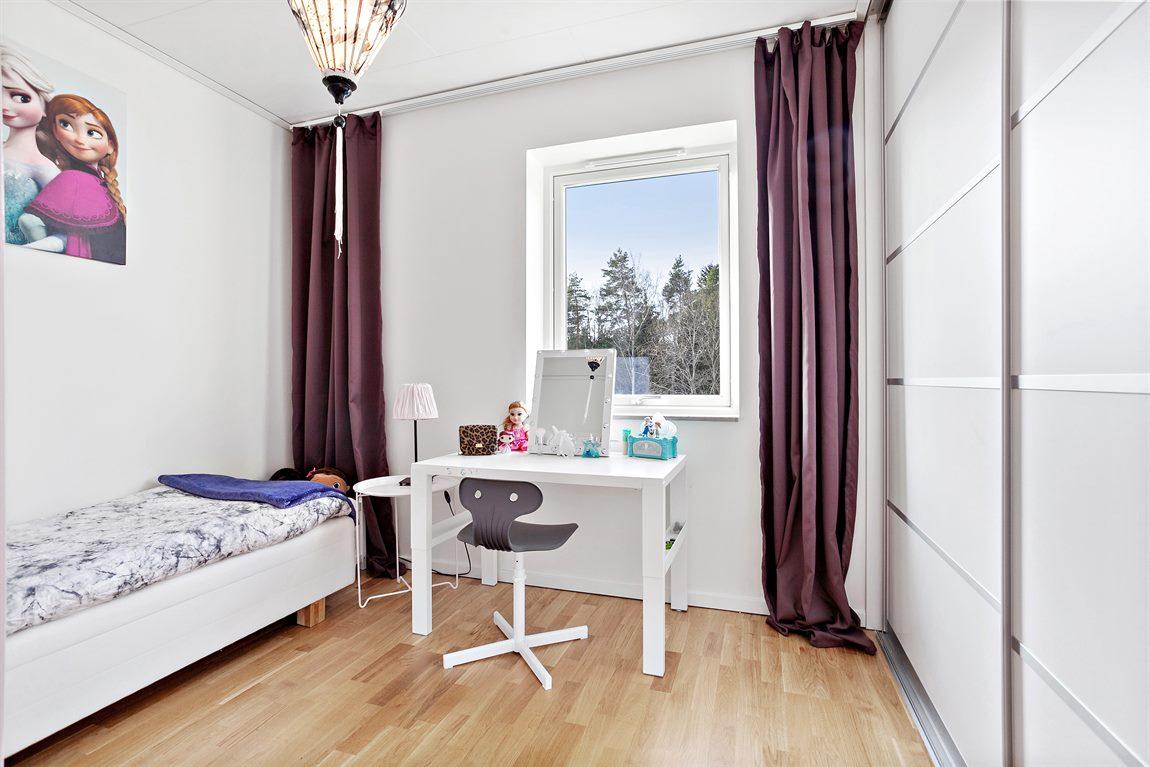 Sovrum 3 övre plan med fönster och skjutdörrsgarderob