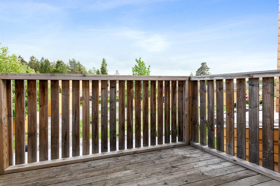 Trivsam möbleringsbar balkong i soligt söderläge