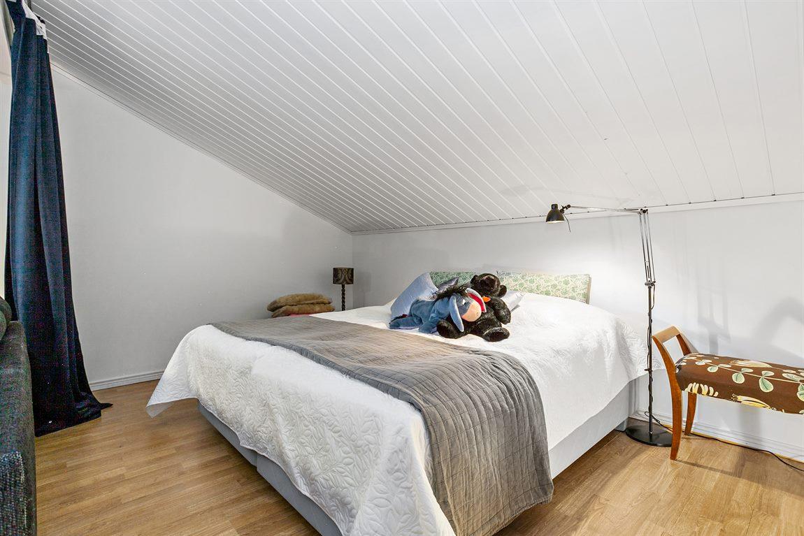 ... som har plats för säng och kan delas av via takskena
