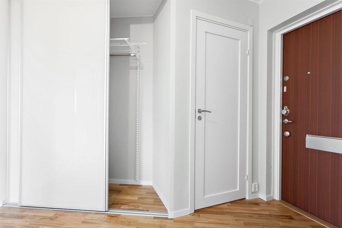 ... med perfekta förvaringslösningar via platsbyggd garderob