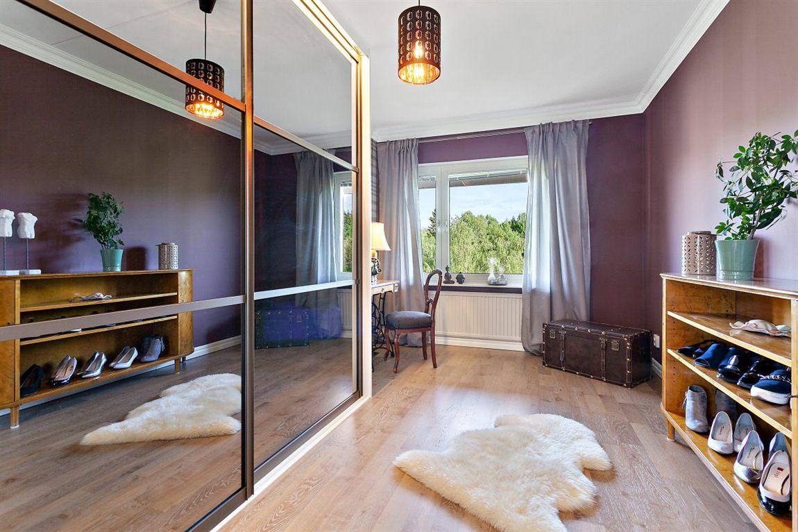 Rejält sovrum 2 övre plan med praktisk förvaring