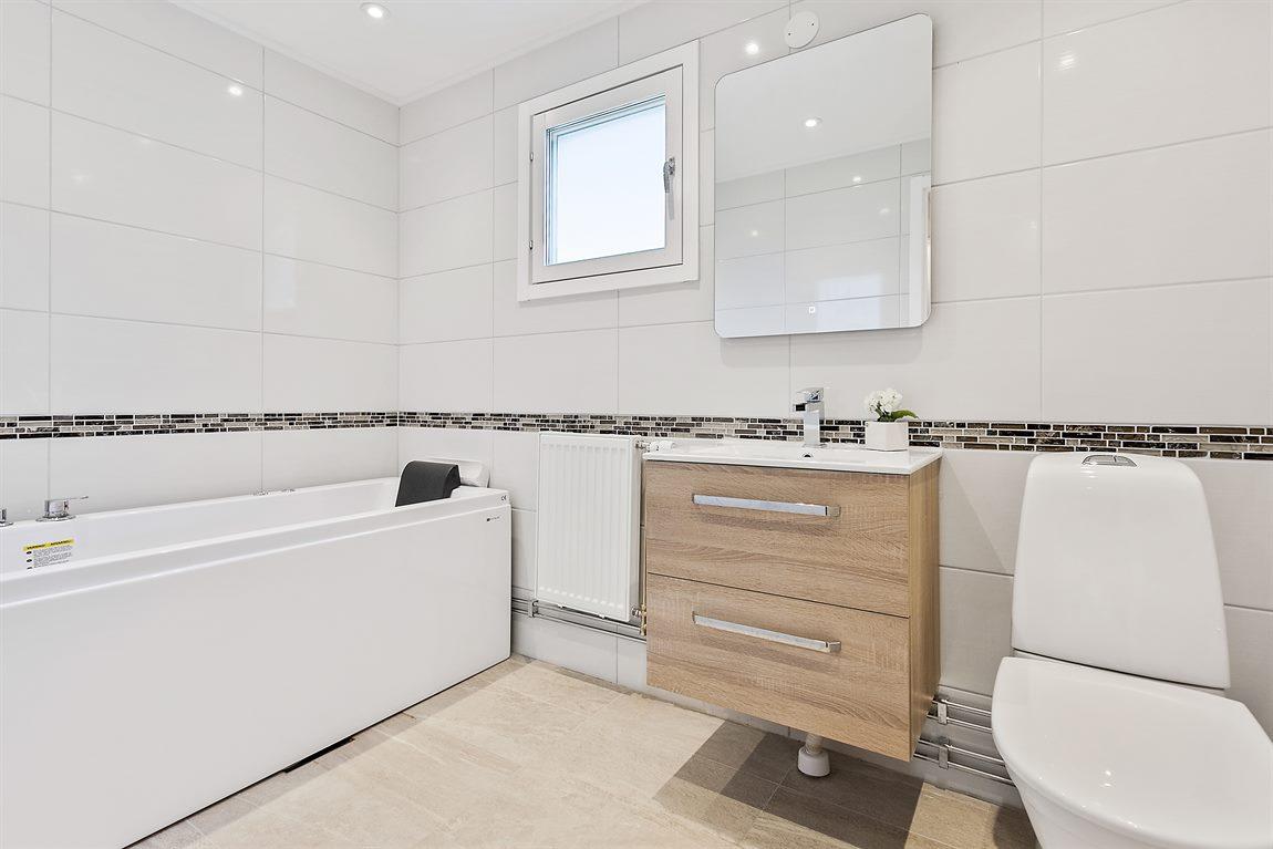 Mycket stilrent och exklusivt badrum på övre plan