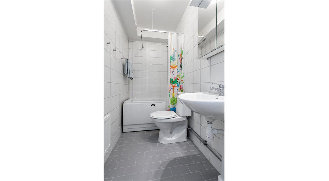 Helkaklat badrum med bubbelbadkar