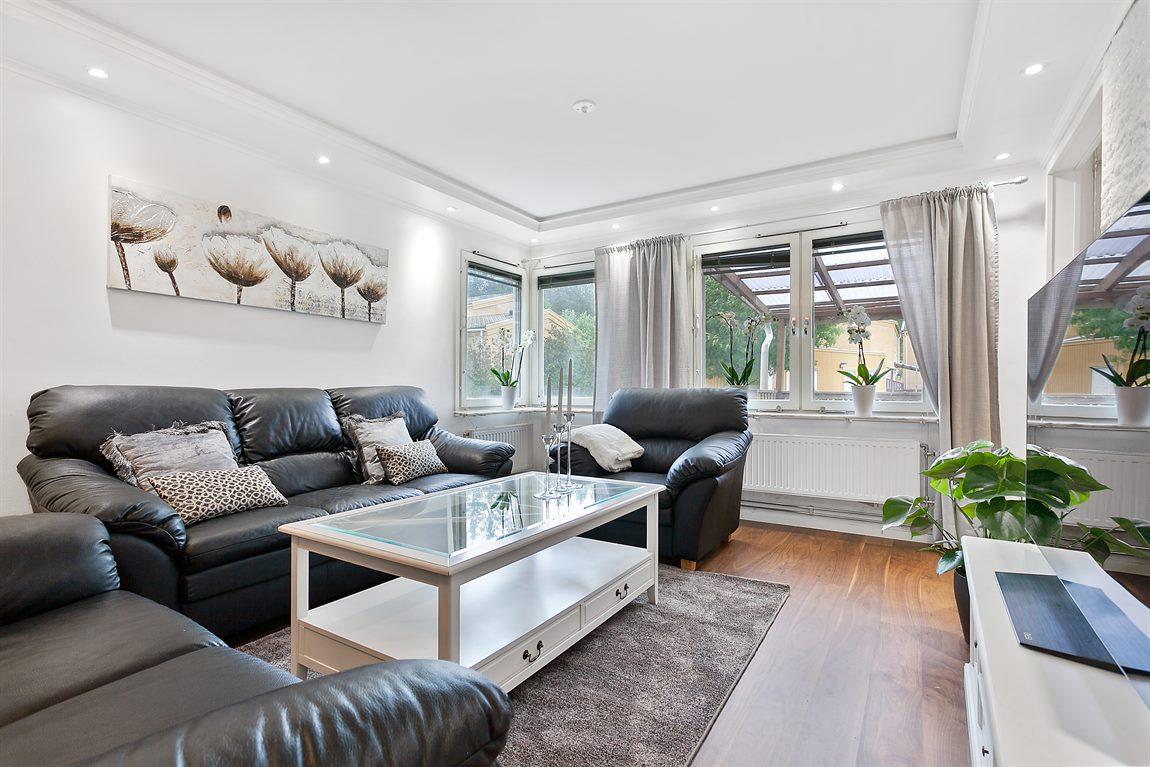 Generöst vardagsrum med fönster i två vädertsreck