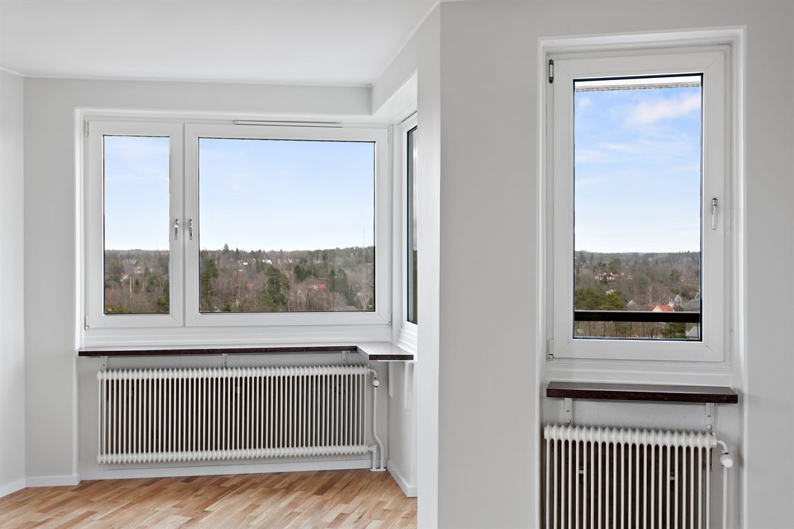 ... med lummig utsikt och utgång till balkong