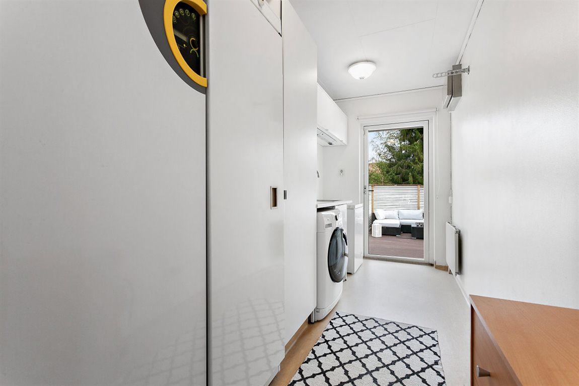 Praktisk tvättstuga entréplan med anslutning till altanen