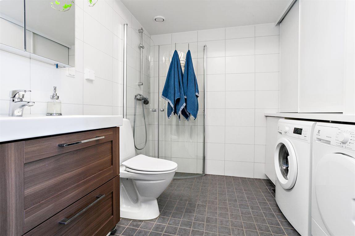 Stilren och helkaklad dusch/WC/tvätt