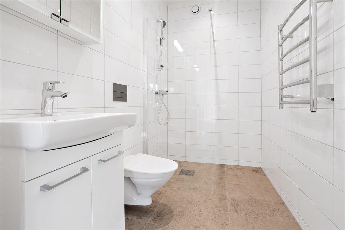 Snygg helkaklad dusch/WC övre plan