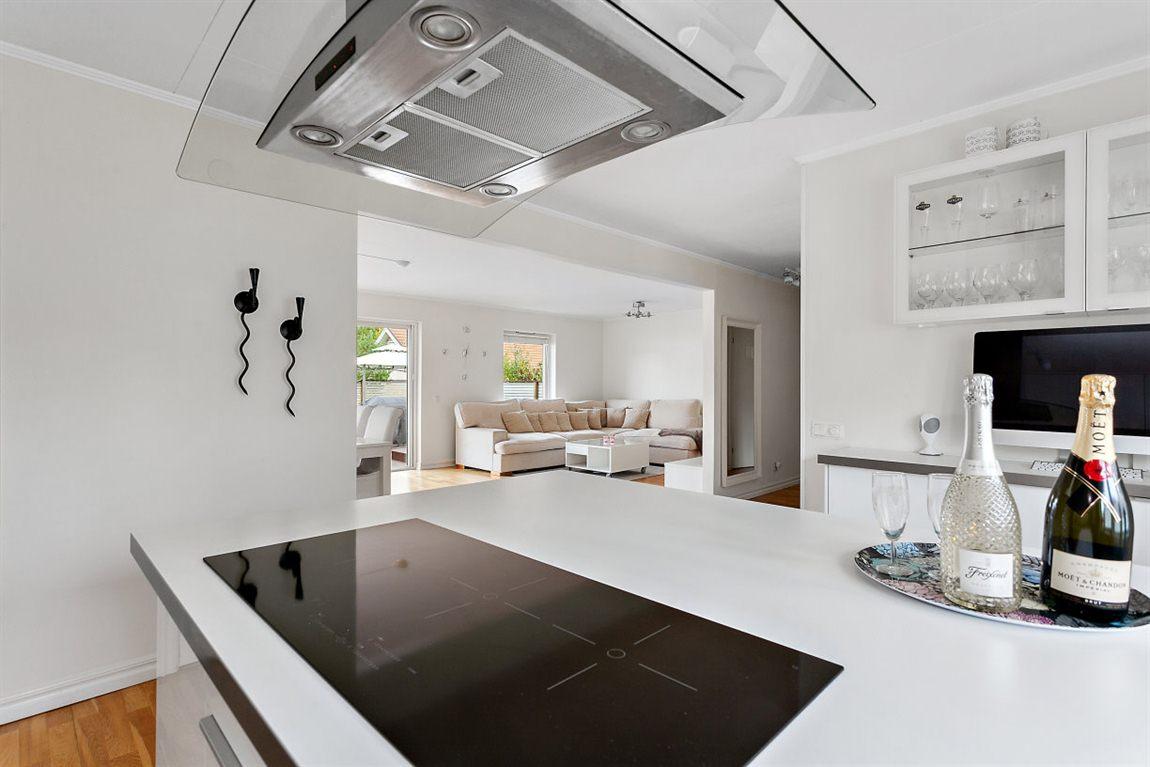 Öppen och social planlösning mellan kök och vardagsrum