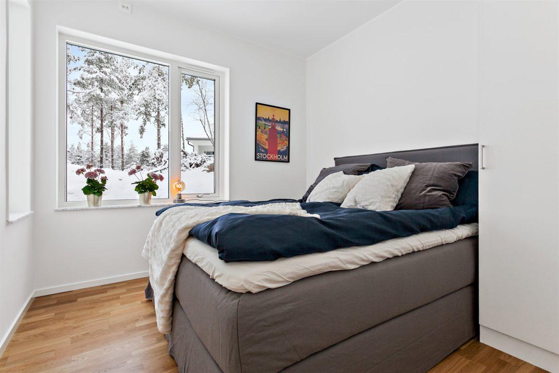 Stort och ljust sovrum med fönster i två väderstreck
