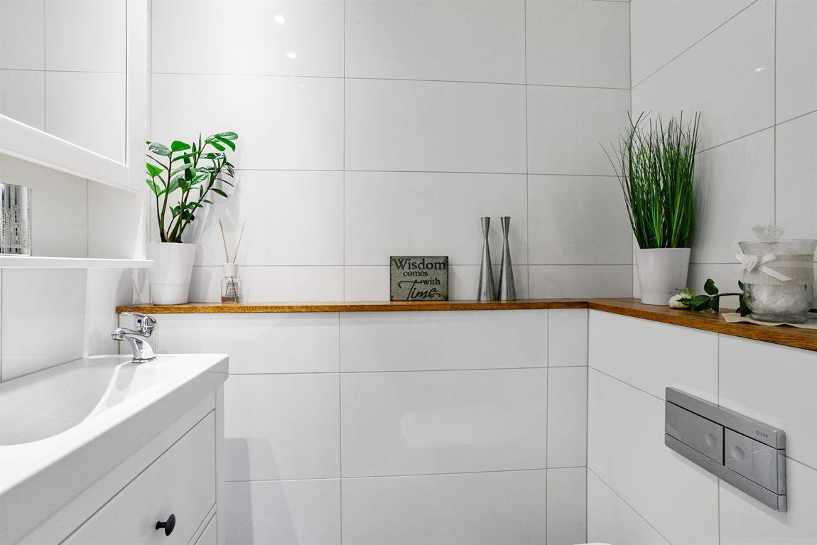 Fin och helkaklad separat WC