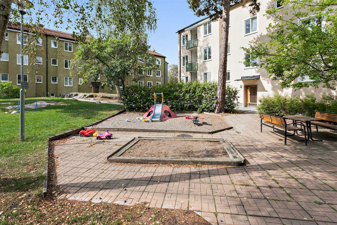 Lekplats och sandlåda som är perfekt för barnen