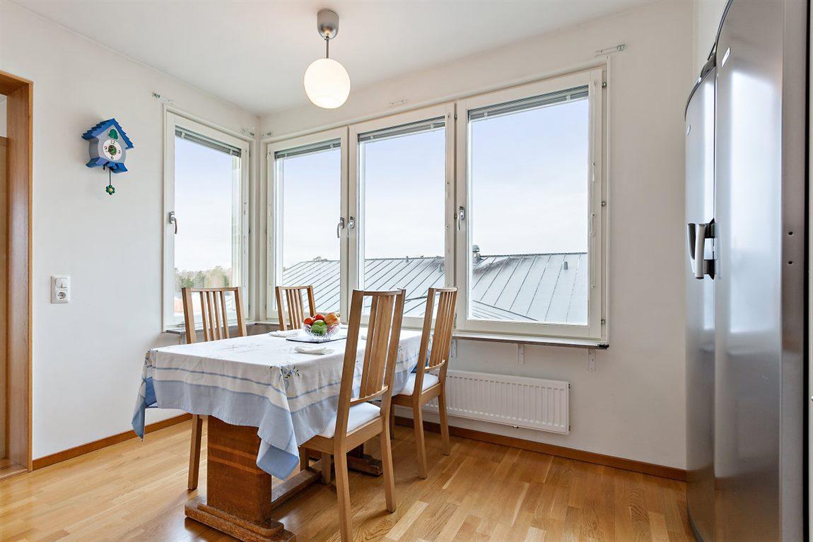 ... intill fantastiskt ljusinsläpp via fönster i två väderstreck