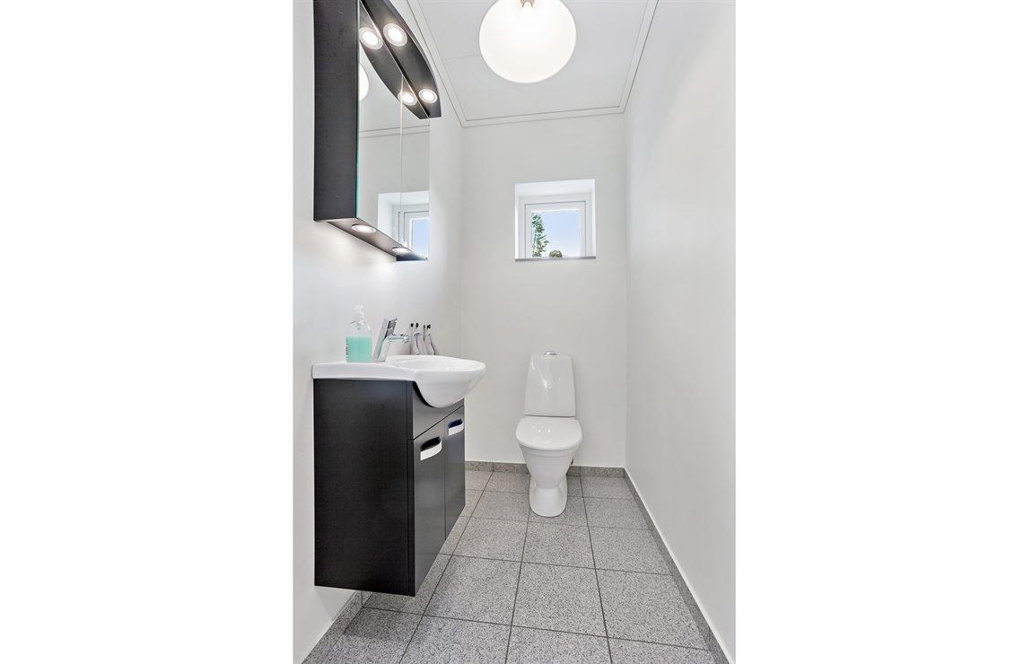 Separat WC med granitgolv på entréplan