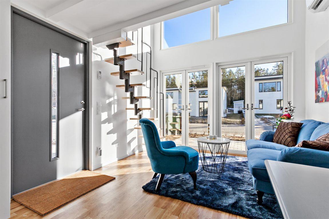 Stora snygga fönsterpartier och en takhöjd om ca 3,6 m