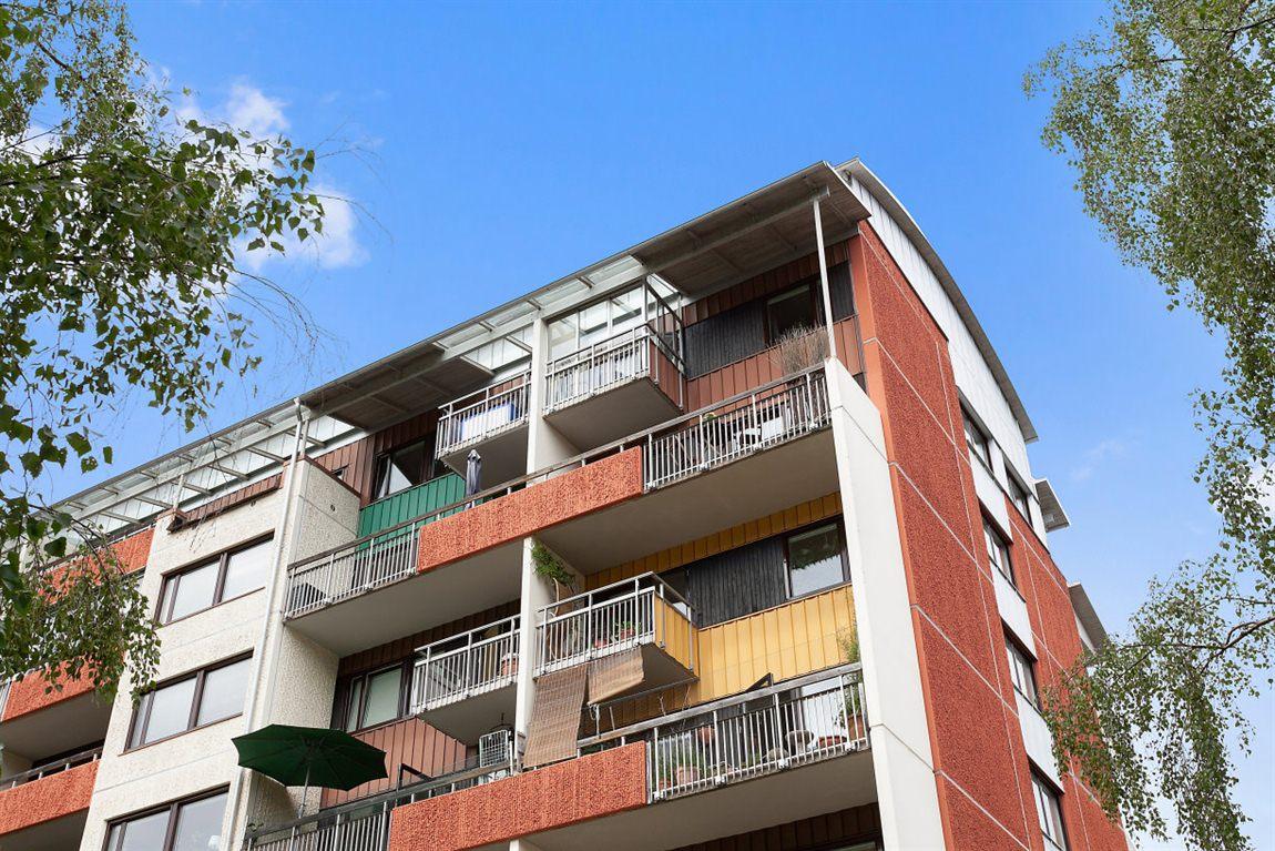 Bostadens båda balkonger högst upp till höger hörna