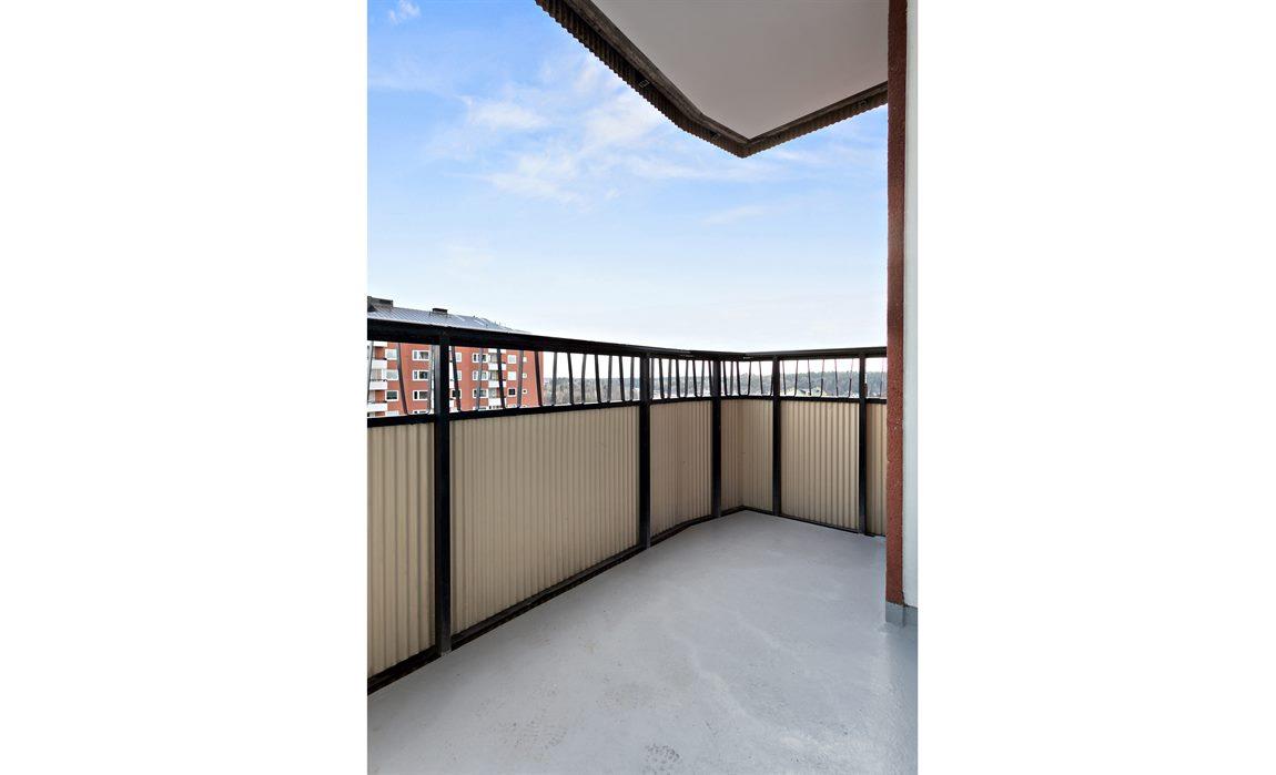 Trivsam möbleringsbar balkong med högt läge