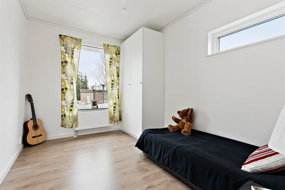 Väl tilltaget sovrum 2 med fönster i två väderstreck