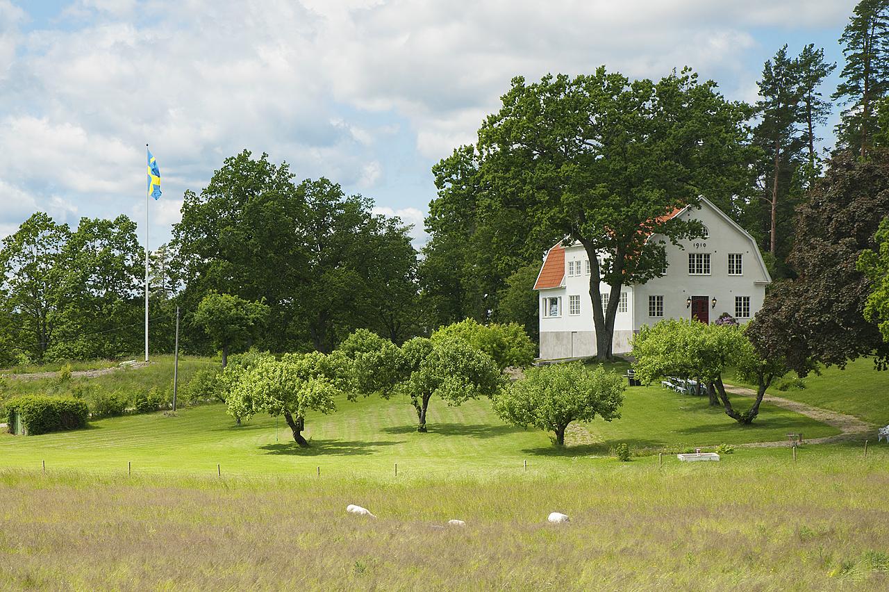 Äppellunden framför huvudbyggnaden