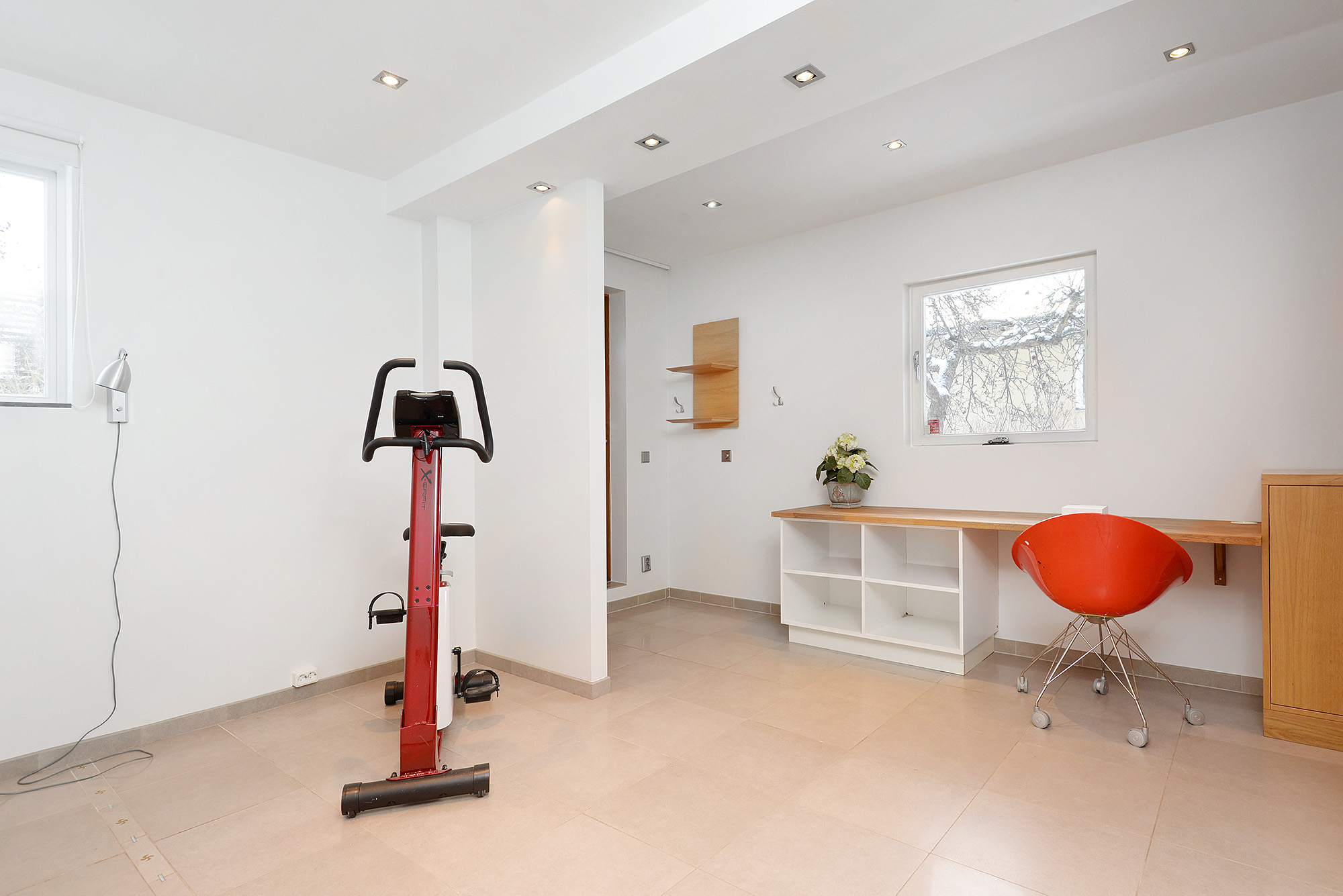 Gym/sovrum med egen ingång, bottenplanet
